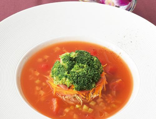 かりゆしホテルズシェフ考案  オキハム商品を使った 絶品料理「ポキポキウインナーで作る 彩り野菜のミルフィーユトマト風味のスープ仕立て」